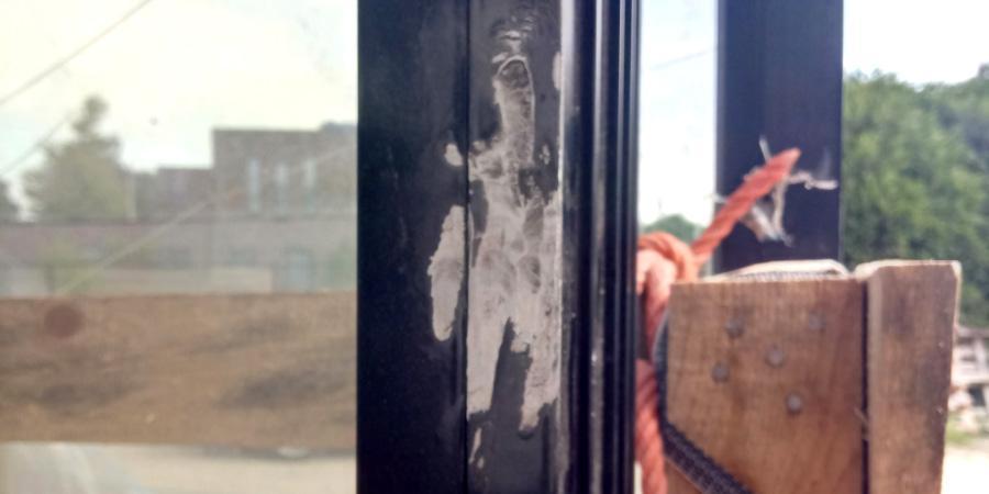 Herstellen van lakschade op een deurprofiel